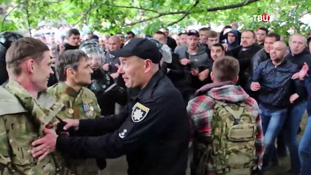 Полиция Украины и жители разгоняют радикалов