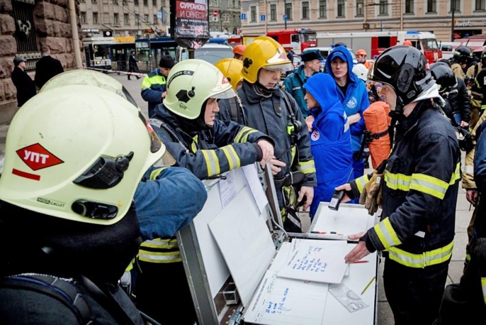 Спасатели МЧС на месте взрыва в метро Санкт-Петербурга