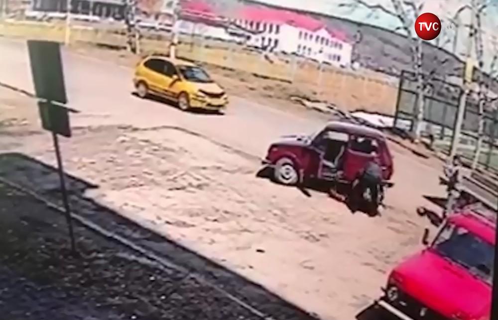 Водитель сбил двух людей