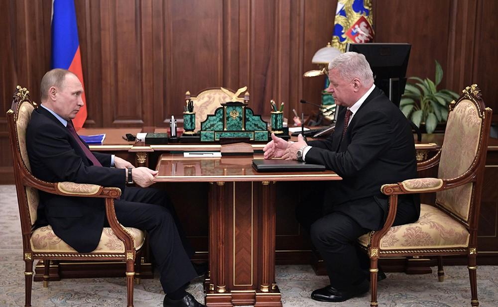 Президент России Владимир Путин и председатель Федерации независимых профсоюзов России Михаил Шмаков
