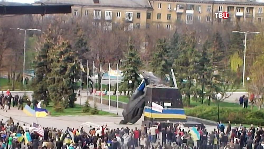 Снос памятника Ленину в Киеве