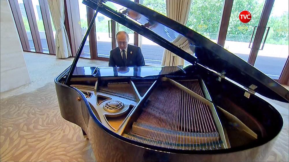 Владимир Путин играет на рояле