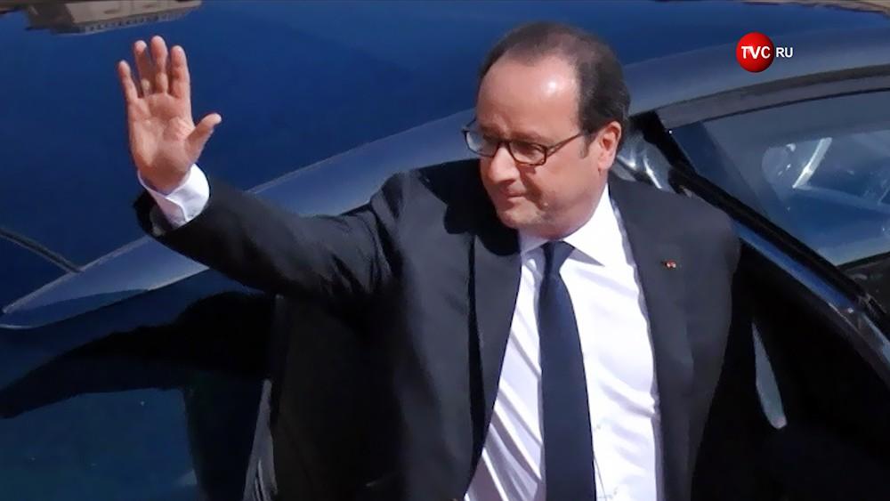 Франсуа Олланд машет рукой