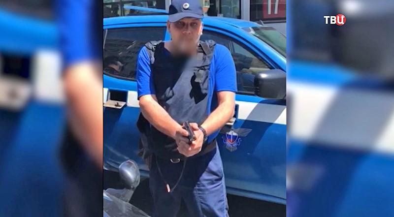 Фельдъегерей угрожает оружием автомобилисту
