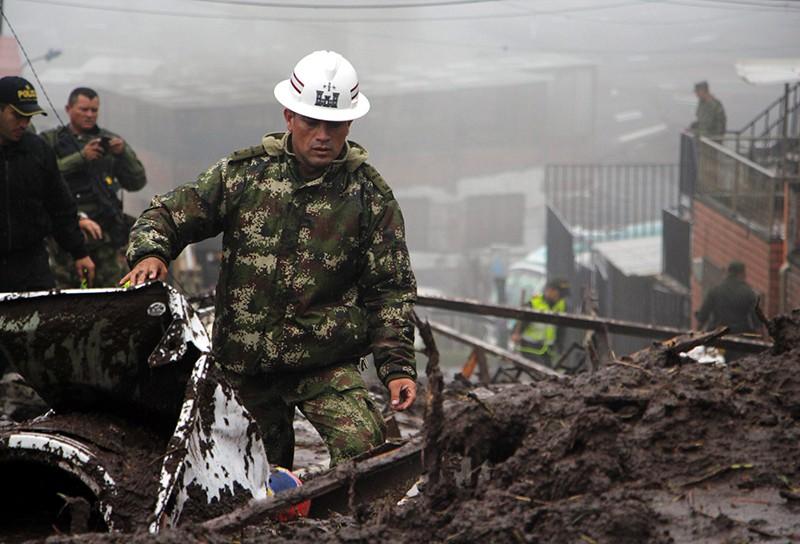 Сотрудник спасательной службы на месте взрыва в Колумбии