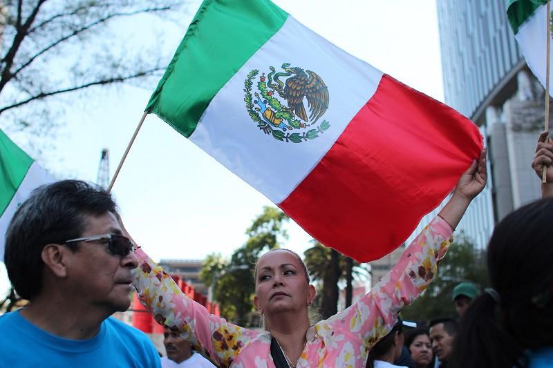 Жители Мексики с флагом своей страны