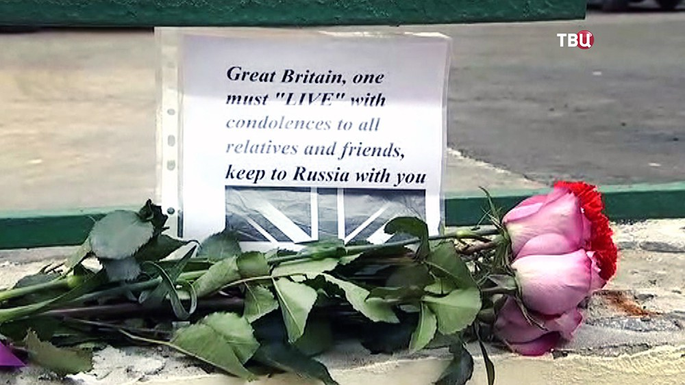 Цветы у посольства Великобритании в Москве, в память о погибших в теракте в Манчестере