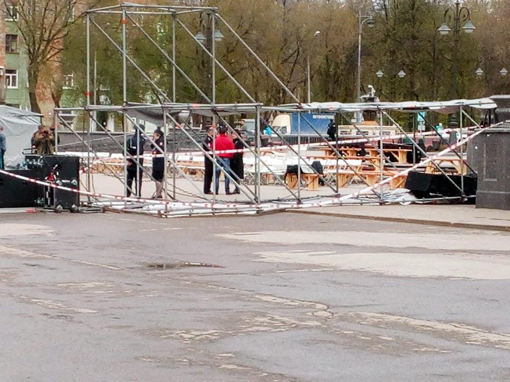 Последствия падения металлической конструкции на площади в Перми
