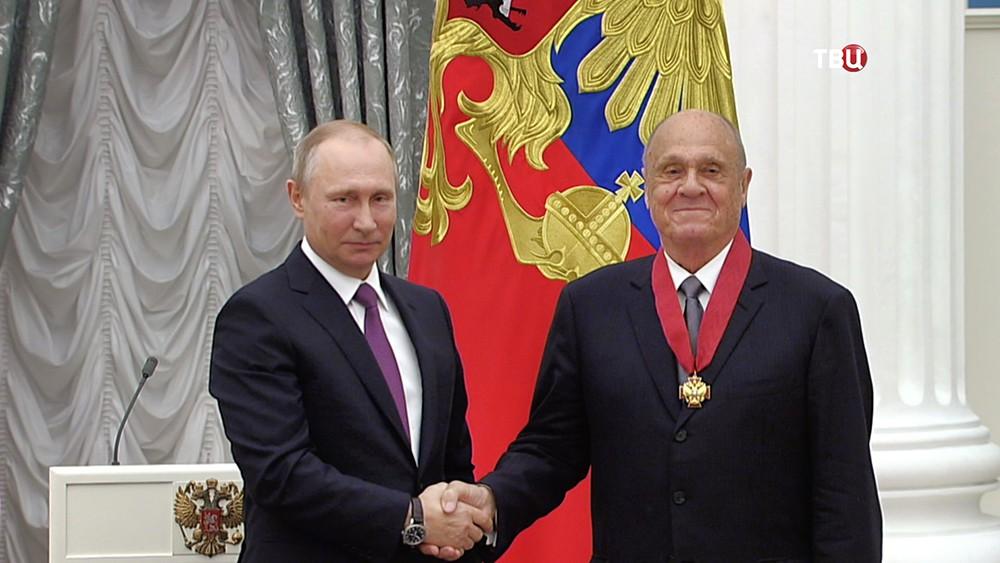 Президент России Владимир Путин награждает Владимира Меньшова