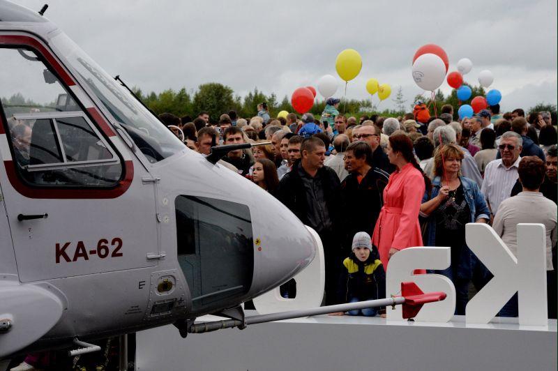 """Средний многоцелевой вертолет Ка-62 на выставке авиационной техники в рамках празднования 80-летия Арсеньевской авиационной компании """"Прогресс"""""""