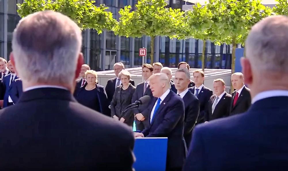 Дональд Трамп выступает на саммите НАТО