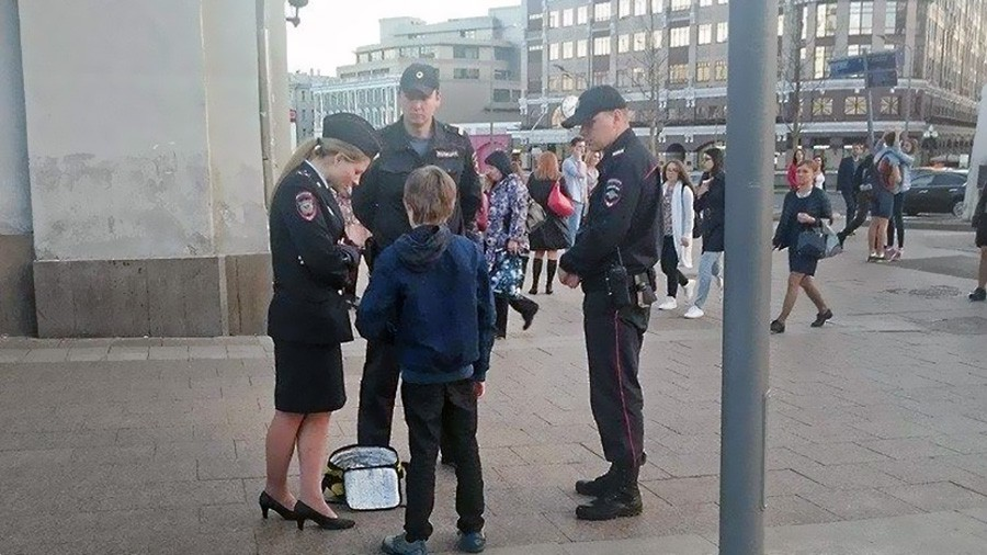 Полиция задерживает мальчика занимающегося попрошайничеством