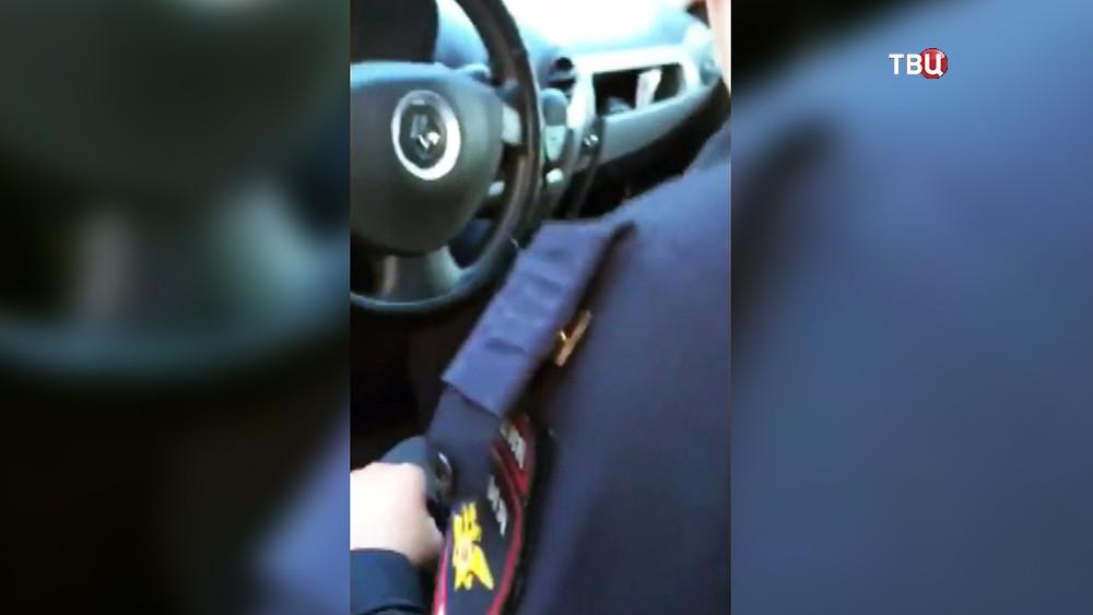Оторванные погон при задержании полицейскими  мальчика-попрошайки на Арбате