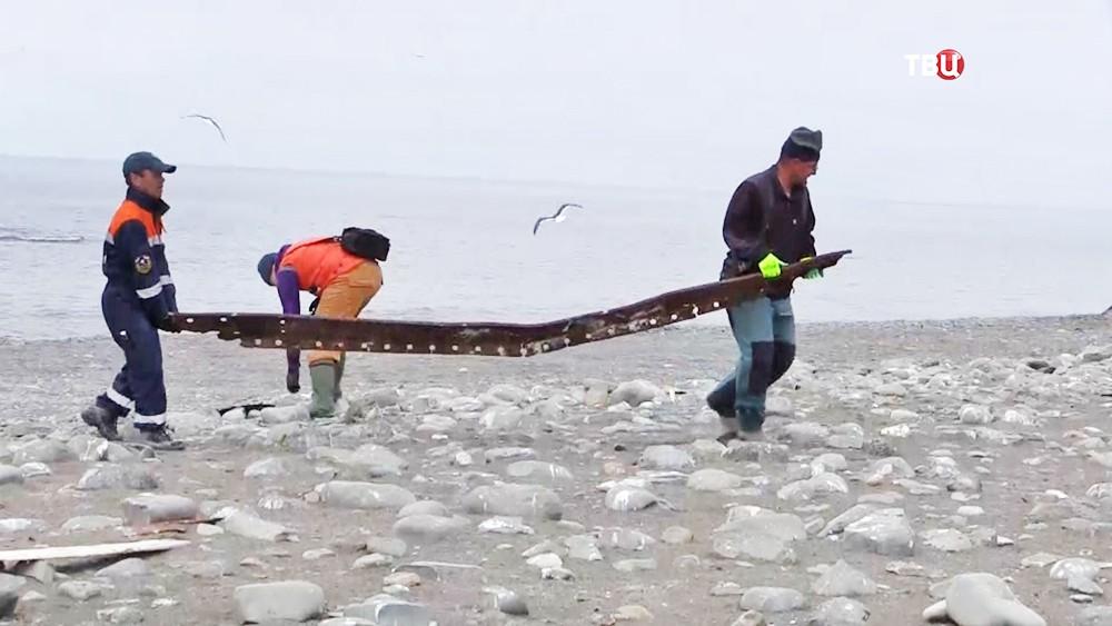 Спасатели и волонтеры убрали мусор на острове Тюленей