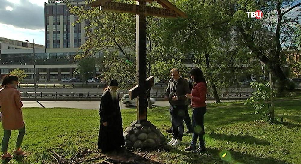 Поклонный крест у Спасо-Андроникова монастыря