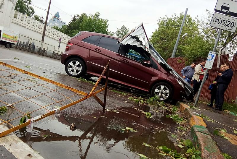 Автомобиль, пострадавший в результате урагана в Москве