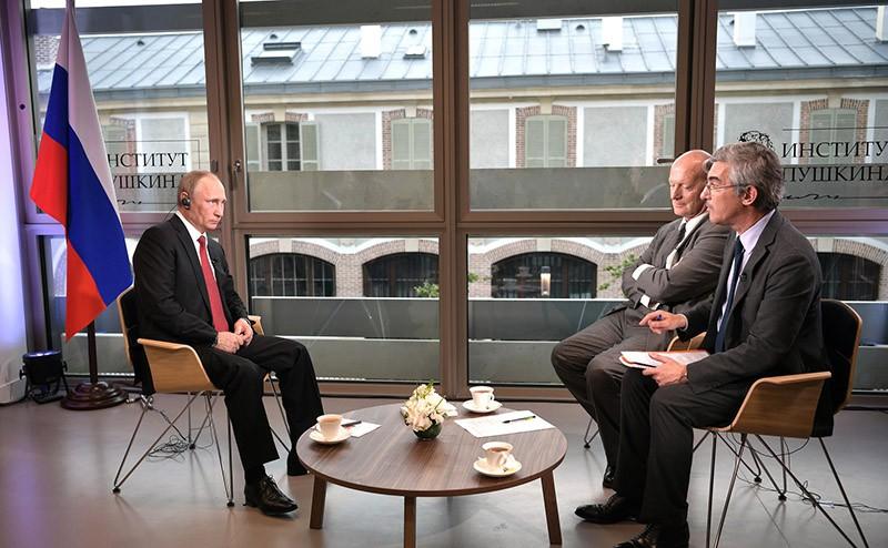 Владимир Путин дает интервью французской газете Figaro