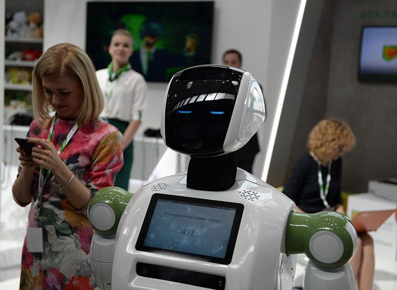 """Робот """"Кибертроник"""" рассказывает участникам форума о правилах кибербезопасности в рамках Санкт-Петербургского международного экономического форума 2017"""