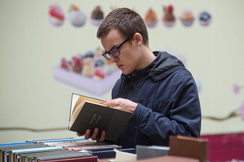 Посетитель на книжном фестивале