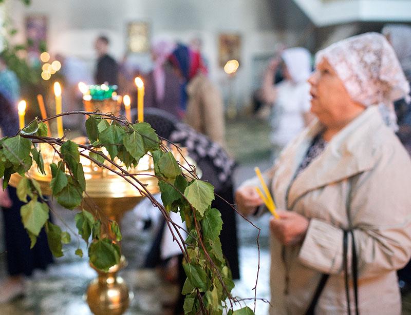Прихожане в храме. День Святой Троицы