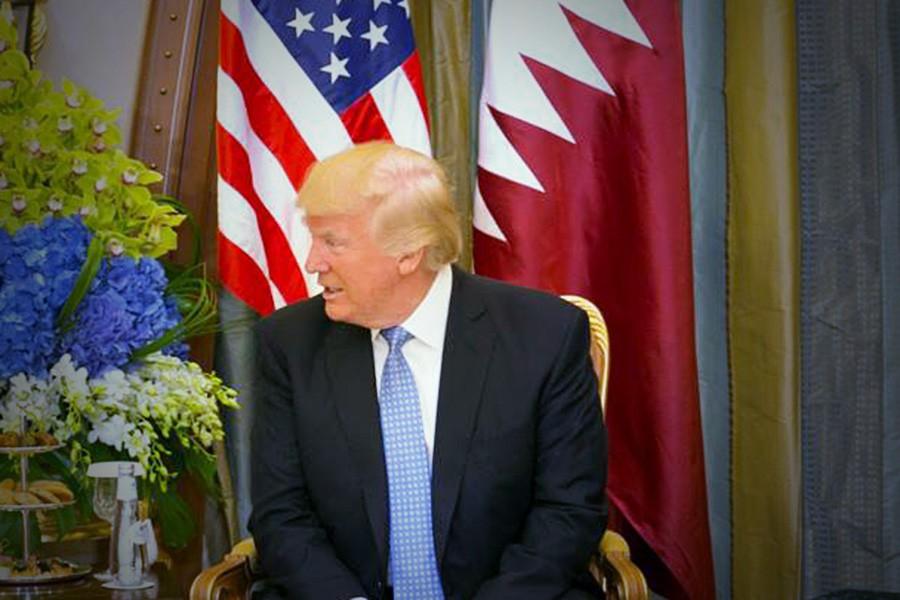 Дональд Трамп на фоне флагов США и Катара