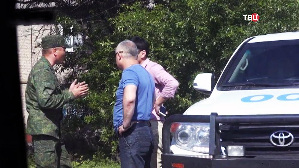 Военнослужащие ополчения общаются с наблюдателями от ООН в Донбассе