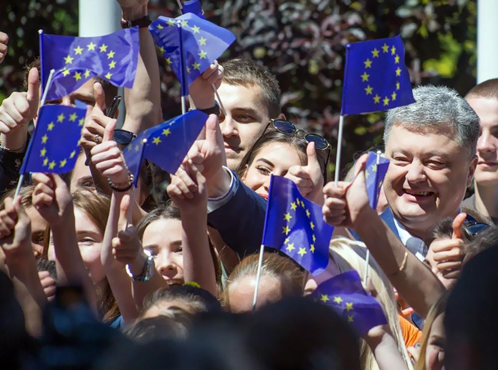 Президент Украины Пётр Порошенко радуется безвизу с ЕС
