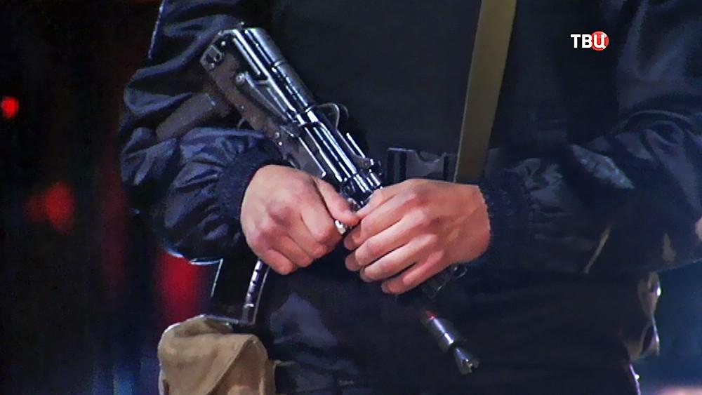 Полицейский с автоматом Калашникова