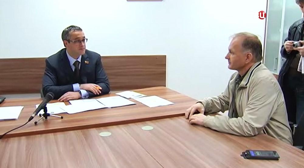 Председатель Мосгордумы Алексей Шапошников общается с жителем Москвы