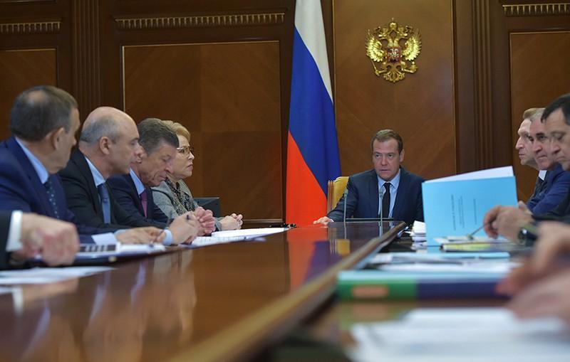 Председатель правительства России Дмитрий Медведев проводит совещание по вопросу о межбюджетных отношениях