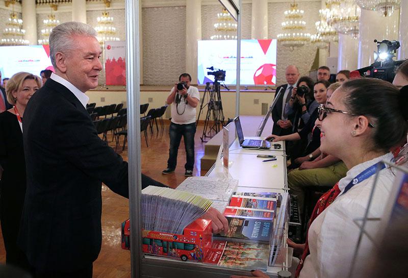 Мэр Москвы Сергей Собянин во время посещения пресс-центра для российских и иностранных журналистов