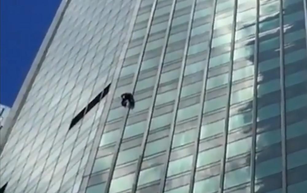 Руфер в костюме человека-паука забирается на одну из высоток в Москва-сити