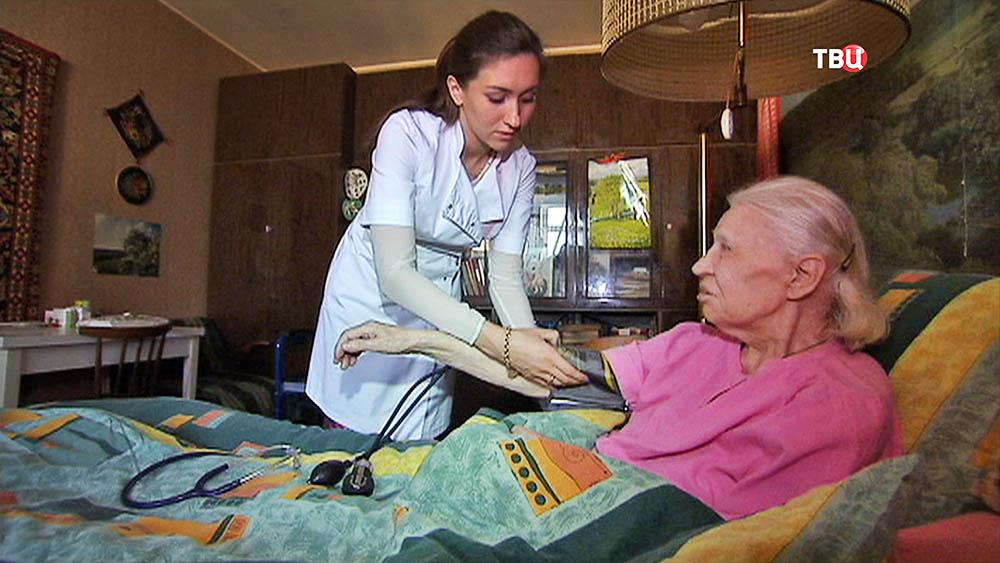 Врач осматривает пациентку на дому