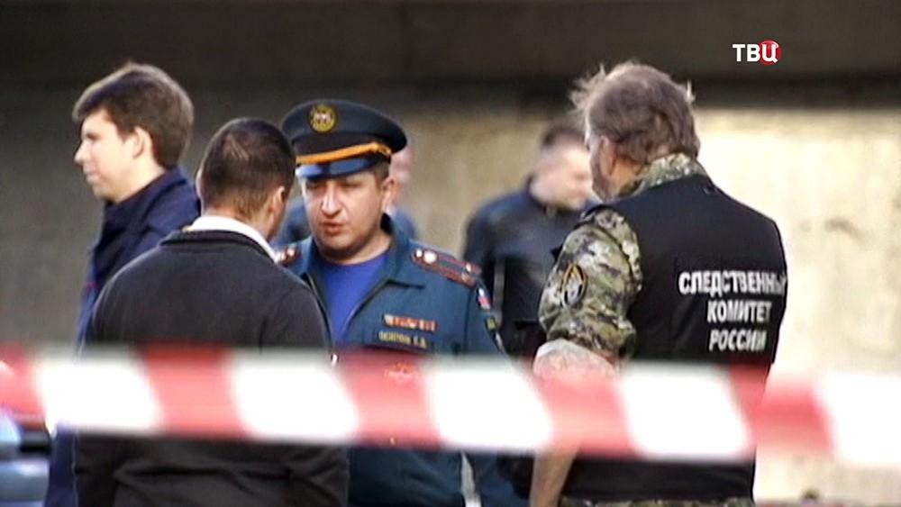Представители Следственного комитета РФ и МЧС на месте происшествия