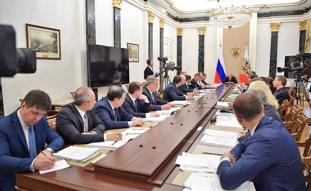 Президент России Владимир Путин на заседании с членами Правительства