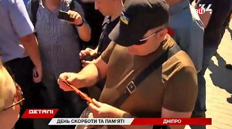 Украинские радикалы отобрали Георгиевскую ленточку