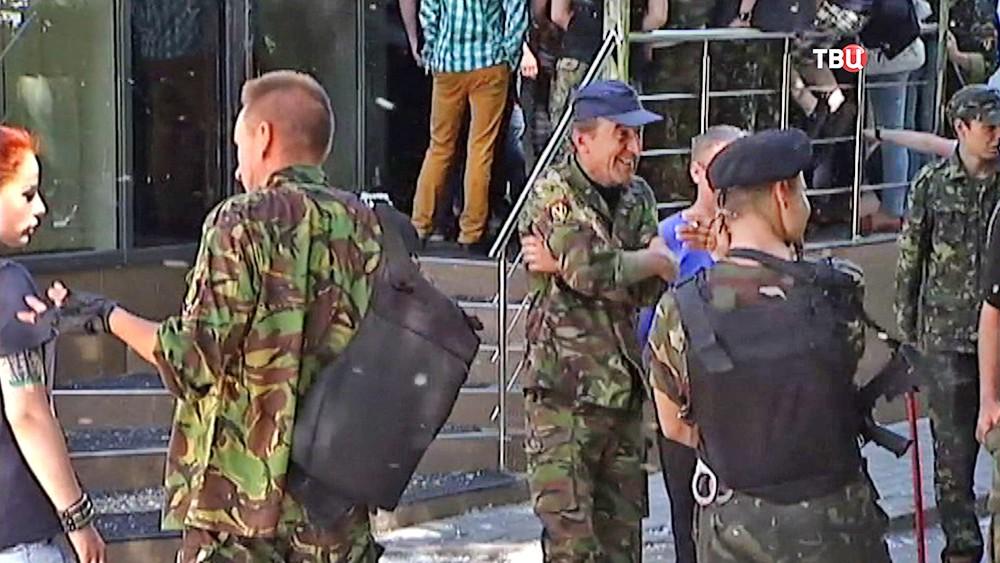 """Люди возле здания интернет-издания """"Страна.ua"""""""