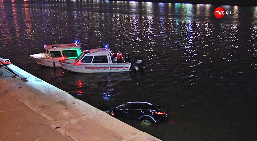 Автомобиль Infiniti в Москве-реке