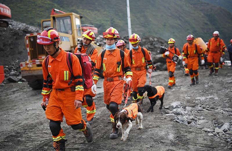 Спасатели на месте схода оползня
