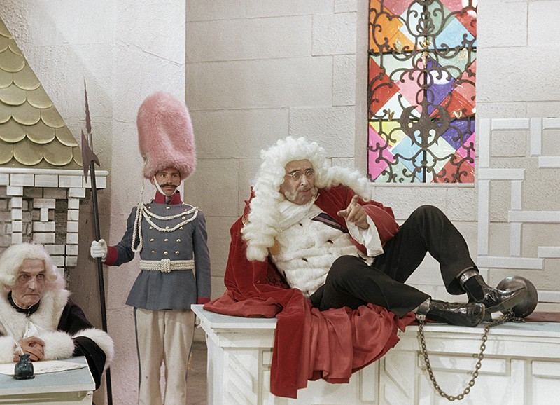 """Владимир Этуш (справа) в роли Короля на съемках фильма """"Старая, старая сказка"""""""