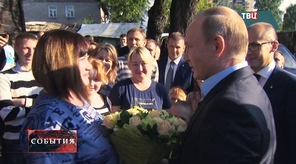 Президент России Владимир Путин общается с жителями во время посещения аварийного жилья семьи Анастасии Вотинцевой в Ижевске
