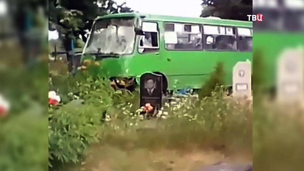 Автобус снес шесть могил на кладбище на Украине