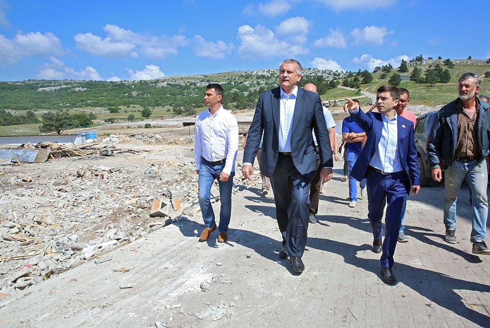 Глава Крыма Сергей Аксенов на месте сноса незаконных строений на горе Ай-Петри