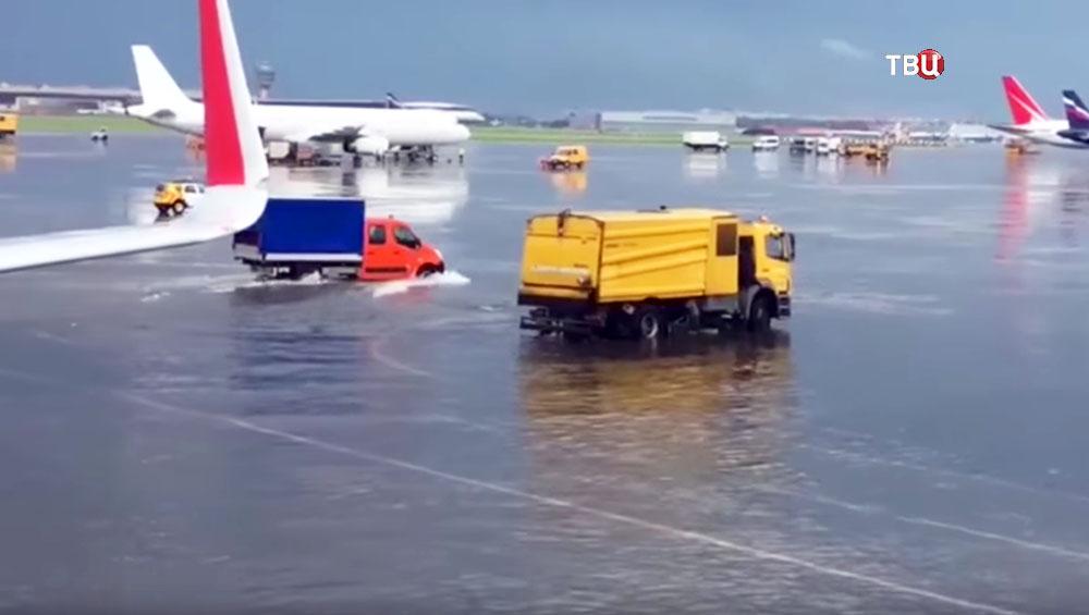 Последствия сильного ливня на аэродроме