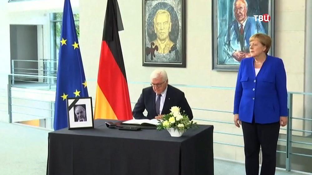 Франк-Вальтер Штайнмайер и Ангела Меркель на церемонии прощание с Гельмутом Колем