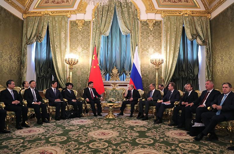 Президент России Владимир Путин и председатель КНР Си Цзиньпин во время встречи