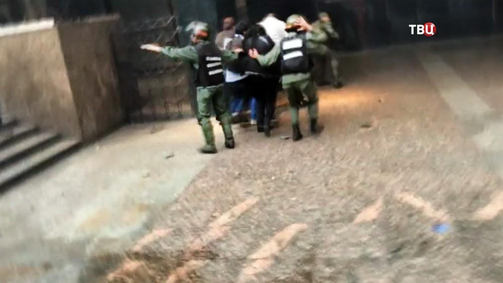 Полиция Венесуэлы эвакуирует людей