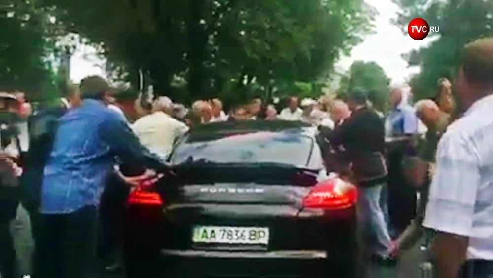 Porsche въехал в толпу митингующих у здания правительства Украинца в Киеве
