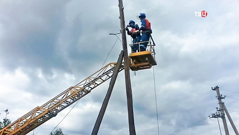 Электрики восстанавливают оборванные провода