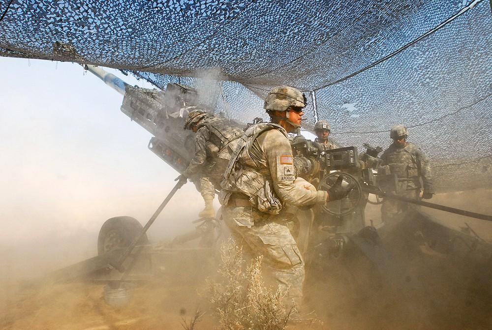 Военнослужащие армии США ведут ведут стрельбу из артиллерии